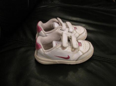 326dbf2eab 10, fehér Nike cipő rózsaszín pipával, 25-ös , orrán picit kopott - 500ft